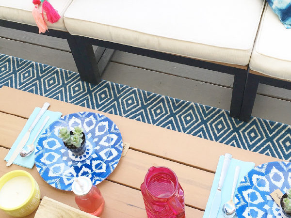 Cutest outdoor tablescape ever. Love these simple table setting ideas for summer BBQ's!