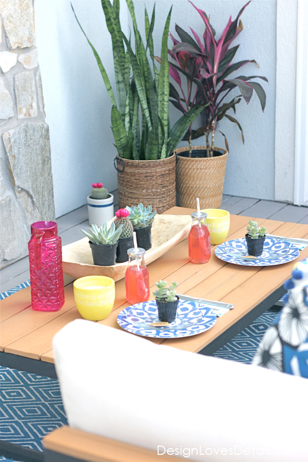 Love this outdoor table setting for Spring and Summer entertaining.